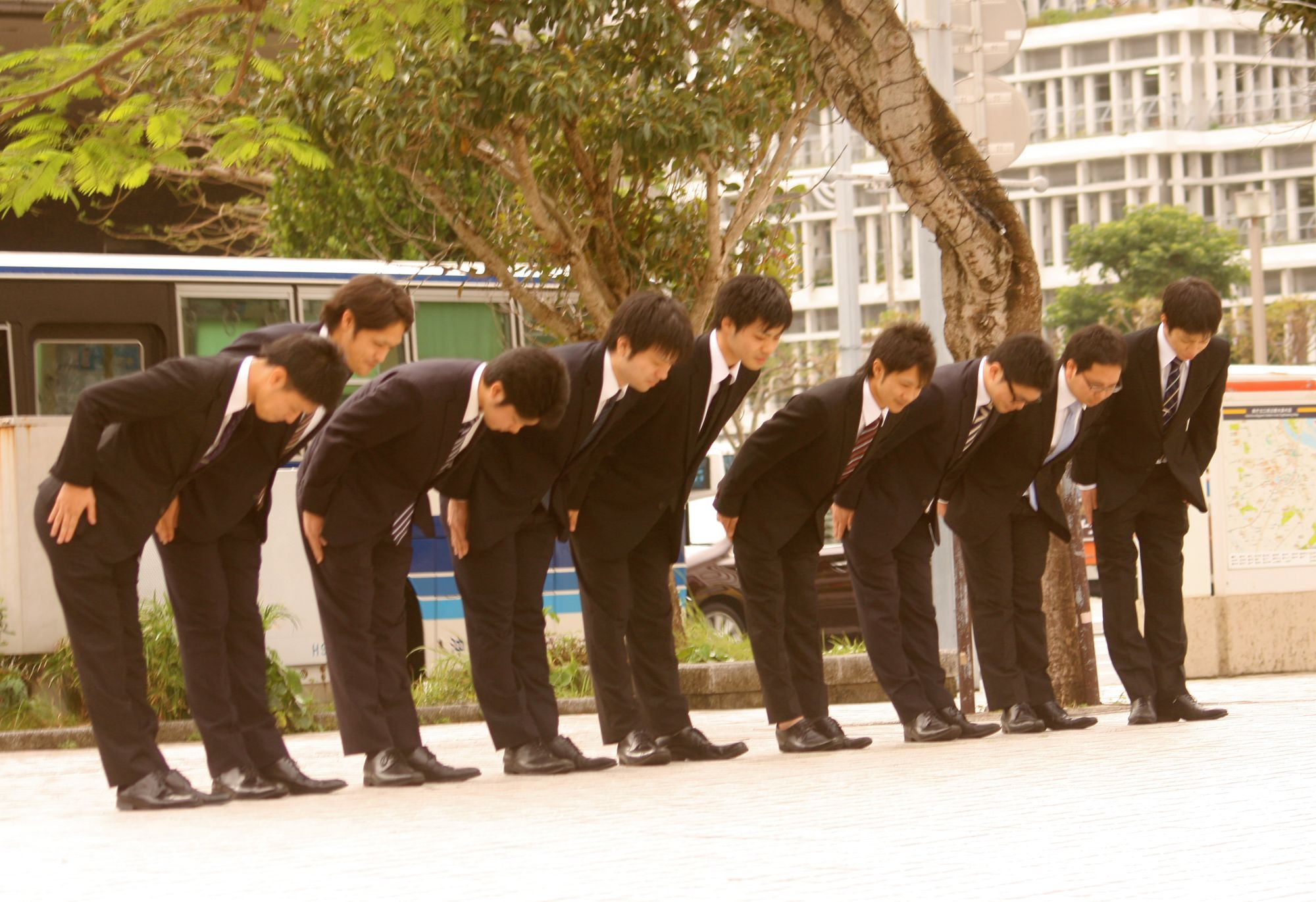 A Guide To Bowing In Japan: When & How To Bow, Plus Common Mistakes To Avoid